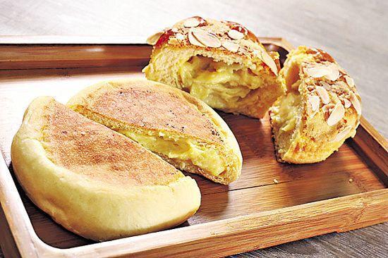 榴槤系列用特別方法製造,故就算放在麵包櫃內,都不會發出榴槤氣味。但只需把榴槤燒餅(圖左)及榴槤包($8/件,圖右)切開,榴槤便立時飄香,榴槤迷必定大呼過癮!