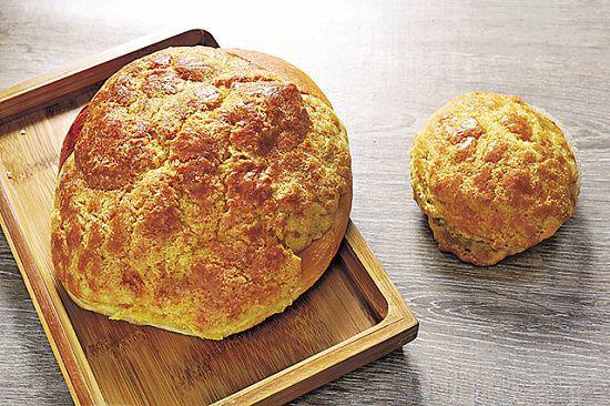 阿良早前為朋友做了一個較普通菠蘿包大三、四倍的菠蘿包,作為生日蛋糕。