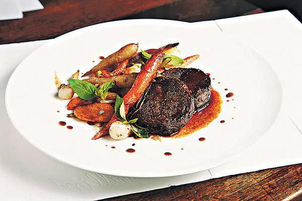 烤油封牛面頰 $158:法國牛面頰連紅酒及雜菜慢煮12小時再煎香,外面微脆,食落肉質香軟鬆化,肉味濃郁。