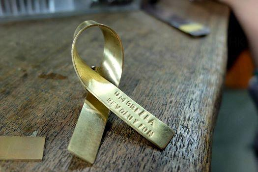 支持雨傘革命 港女製黃銅結寄香港