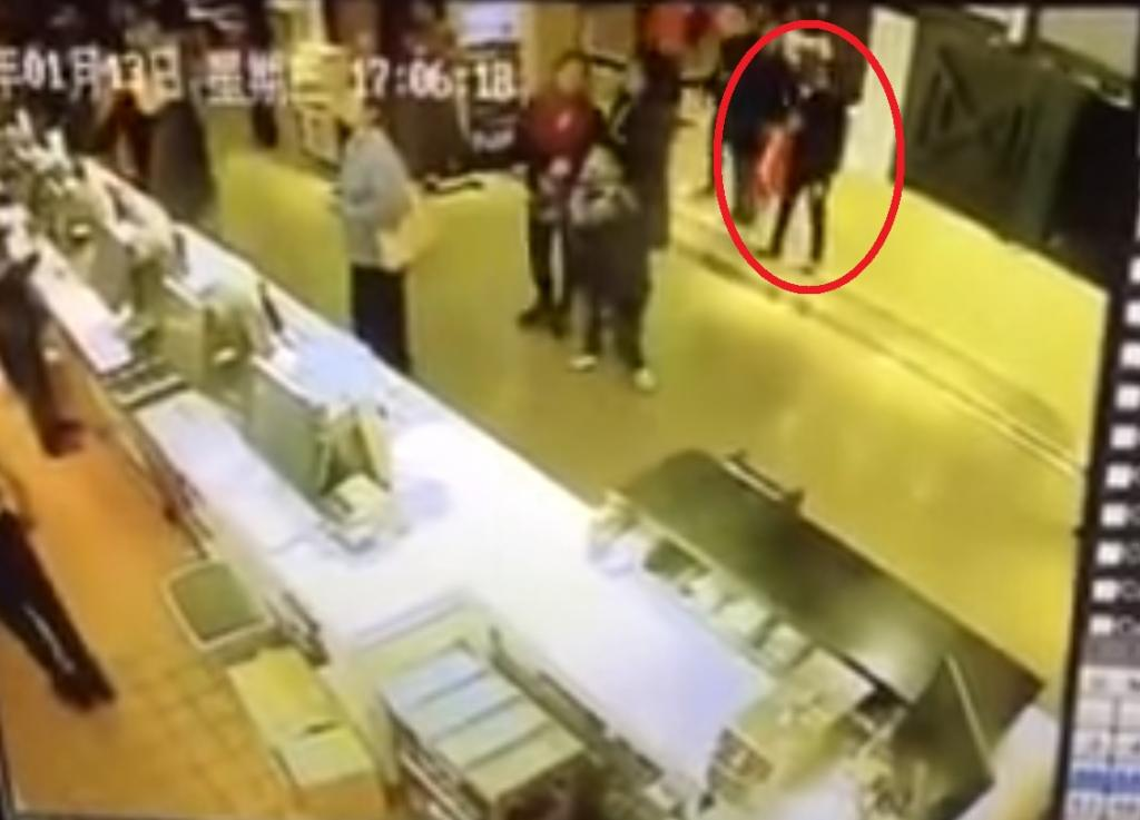網上拍下犯案全程!女小偷九龍灣3秒偷電話,大家小心