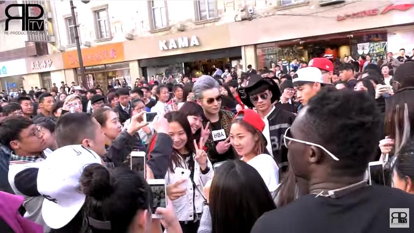 假韓星內地街頭出巡 盲目粉絲追星直呼:「就是BIGBANG!」