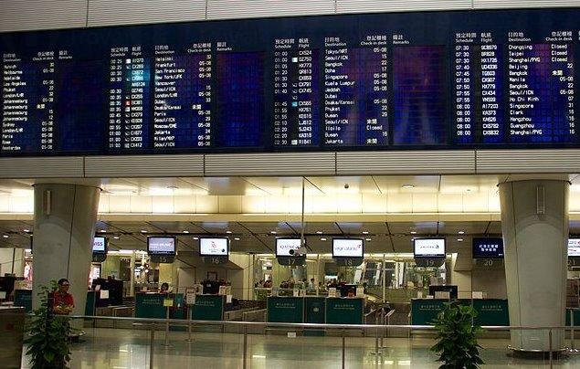 颱風妮妲襲港!飛機航班受影響
