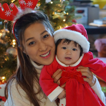 鍾嘉欣BB女大個咗!網民大讚聖誕裝Kelly單眼皮白雪雪超可愛