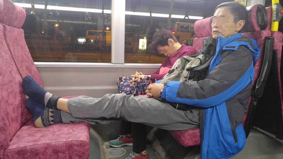 搭巴士除鞋晾腳 網友偷偷拿走一隻鞋棄置街上惹爭議