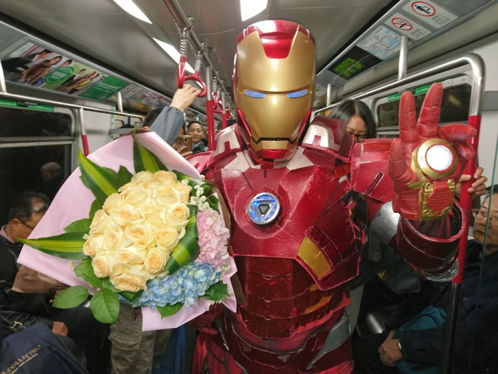 情人節Iron Man地鐵送花!男女主角身份惹質疑