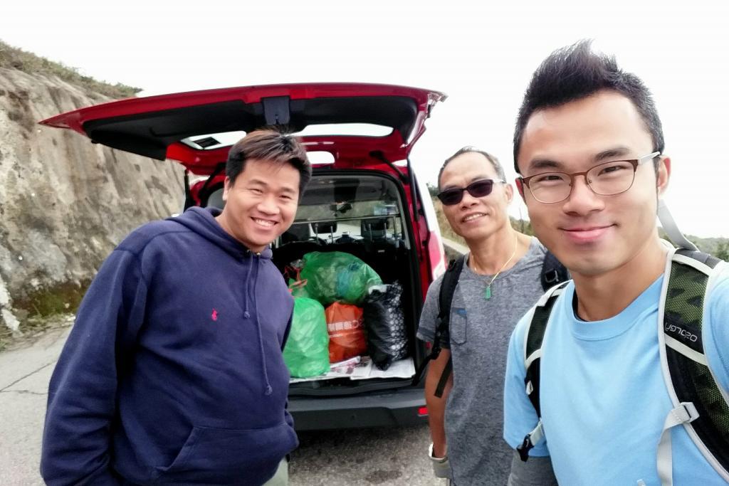 港人自發上山執走5大袋垃圾 遇Warm爆的士司機免費車垃圾落山