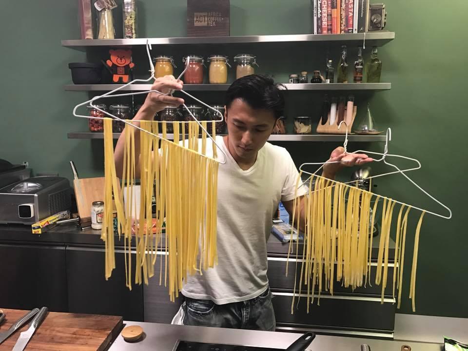 大廚謝霆鋒再度示範「型格」烹飪法!網友:作為笑片我覺得好正