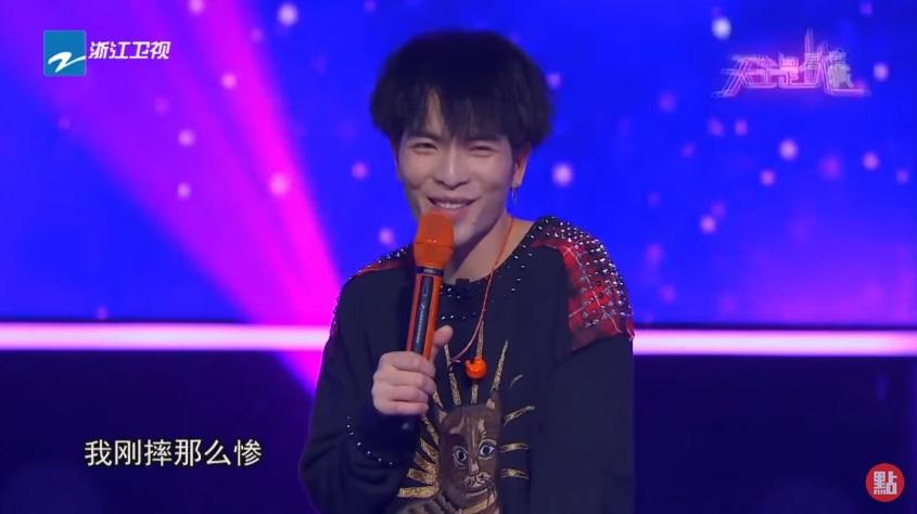蕭敬騰演唱中途跌倒!羅志祥大讚表演精彩