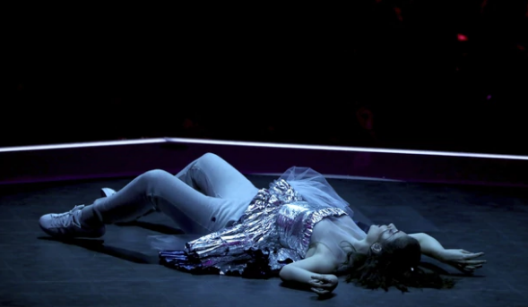 Lorde感冒拒絕咪咀唱歌 靠一招演出成功獲網民大讚!