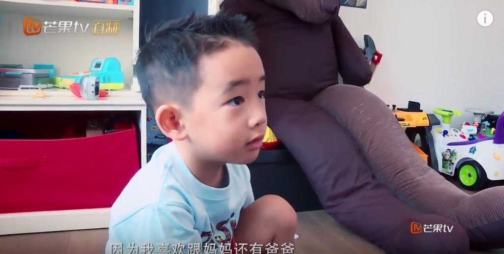 陳小春帶可愛兒子上內地節目  網民:餅印一樣