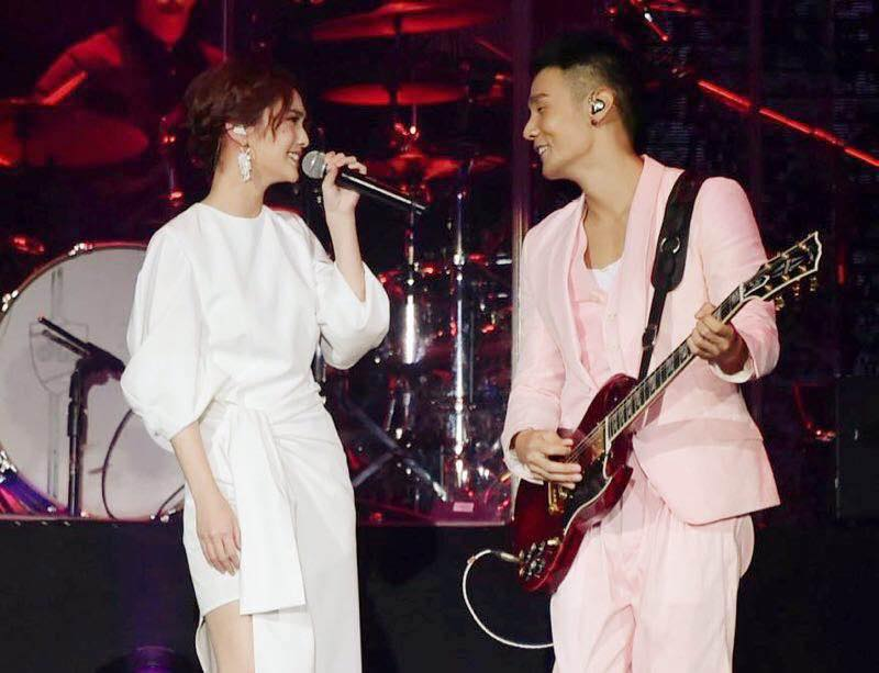 楊丞琳與李榮浩愈愛愈高調!由生日隔空放閃到台上霸氣強吻