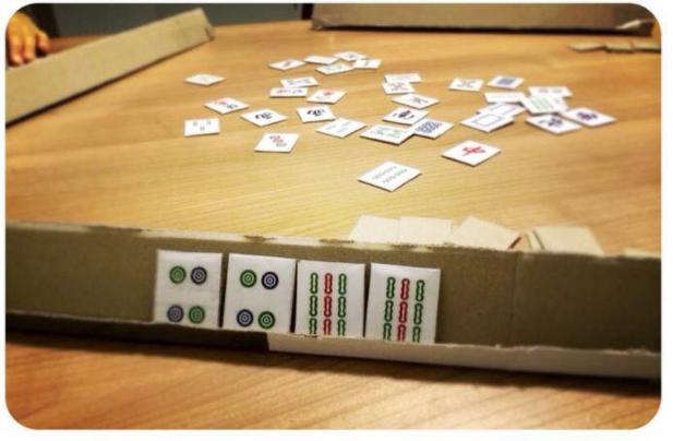 白紙紙皮全部出動 學生自製麻雀課室打勁青春
