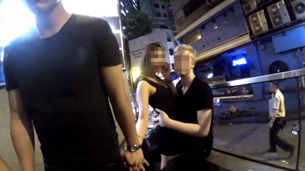 蘭桂坊食女洋漢再訪港 銅鑼灣出動狂撩女 當住港男面拎電話