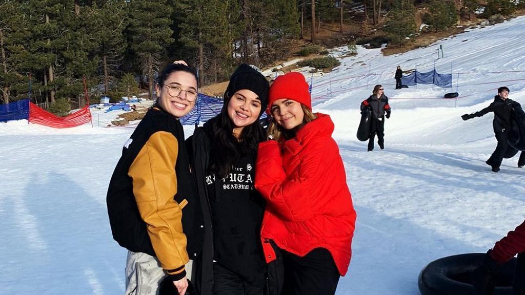 早前因情緒崩潰而接受治療 Selena終於出院與朋友開心玩雪
