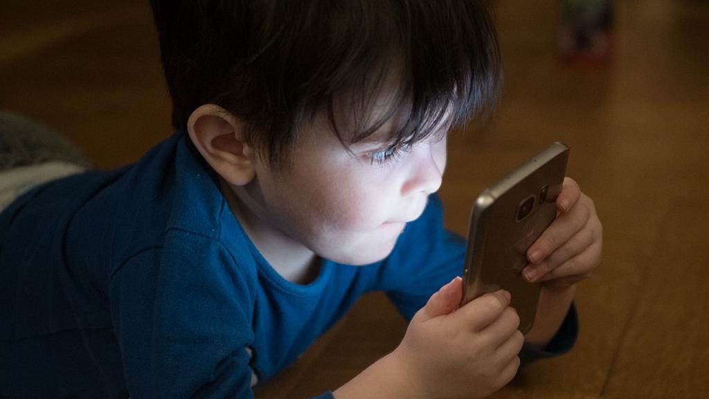 每玩30分鐘增加49%語言發展遲緩風險 過度使用電子產品阻礙兒童腦部發展