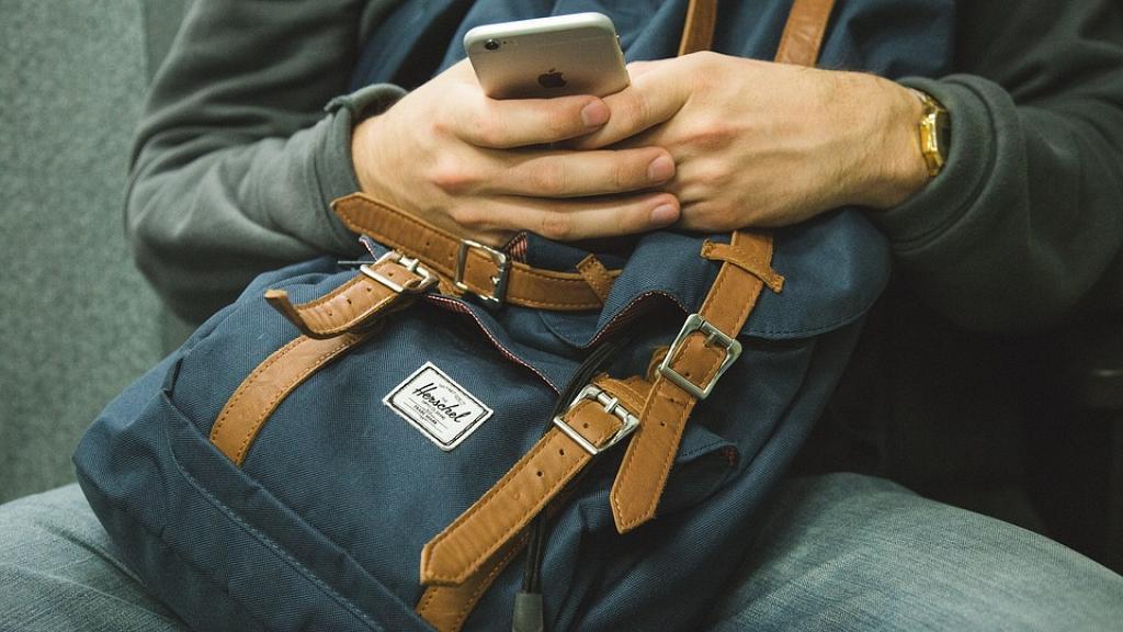 白內障年輕化!每日至少玩手機4小時引後遺症 18歲少年患白內障