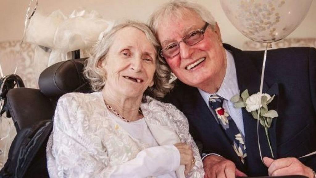 英國伯伯向老伴求婚43年 74歲終成眷屬抱得美人歸