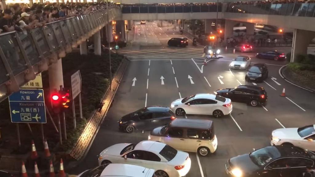 【逃犯條例】多部私家車堵塞中環路口 司機發起全民不合作運動