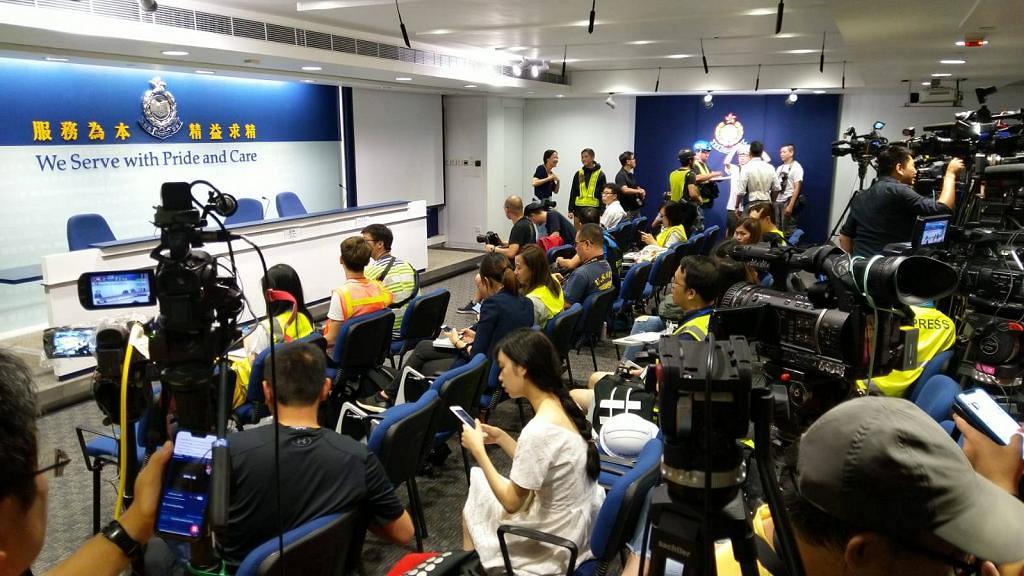 警方召開記者會交代昨日行動 記者響應記協呼籲穿戴頭盔/眼罩/反光衣表達抗議