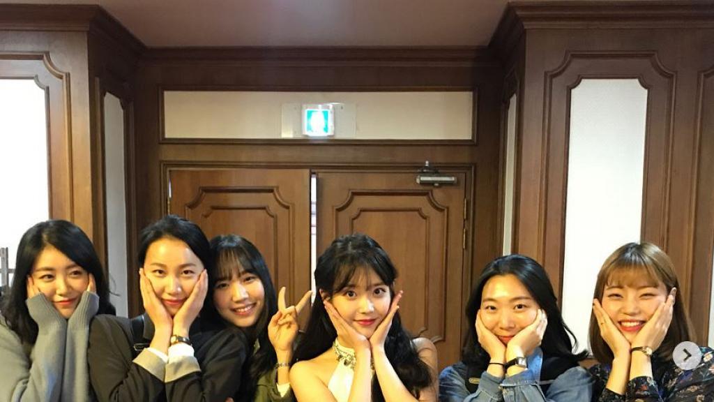 即日往返首爾釜山為兌現一年前承諾 IU現身粉絲婚禮甜蜜獻唱祝賀歌