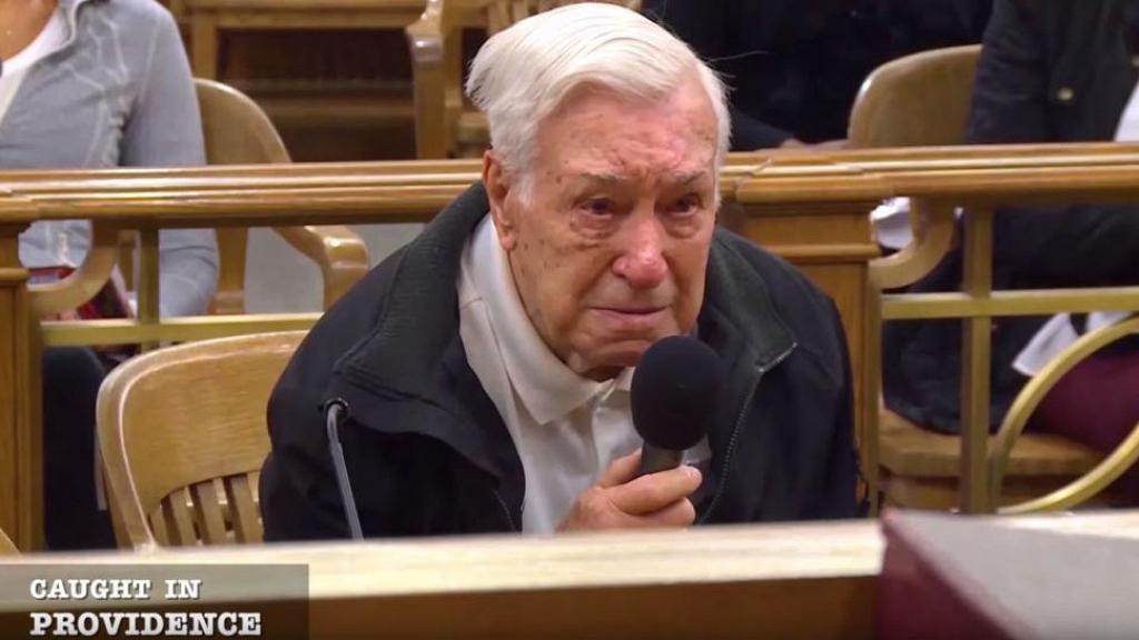 96歲老翁開車載63歲癌病兒覆診涉超速駕駛 好法官將心比心宣判無罪感動網友