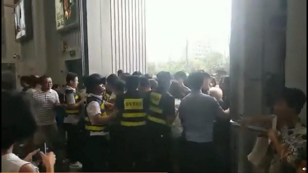 民眾逼爆上海Costco搶購豬肉烤雞奶粉 超市首間中國門市開幕半日即暫停營業