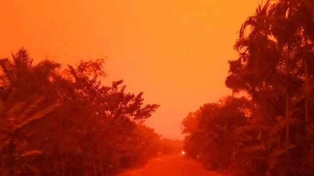印尼森林大火持續驚現血紅天空!濃濃霧霾籠罩如世界末日 當地進入緊急狀態