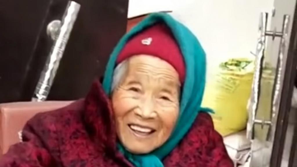 107歲母親送糖氹84歲女兒 博得愛女一笑!網民羨慕:最幸福孩子