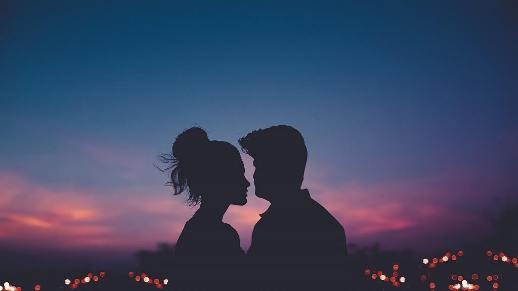 同異性約會無法揣測對方心意?細數8個男人對你有興趣的表現