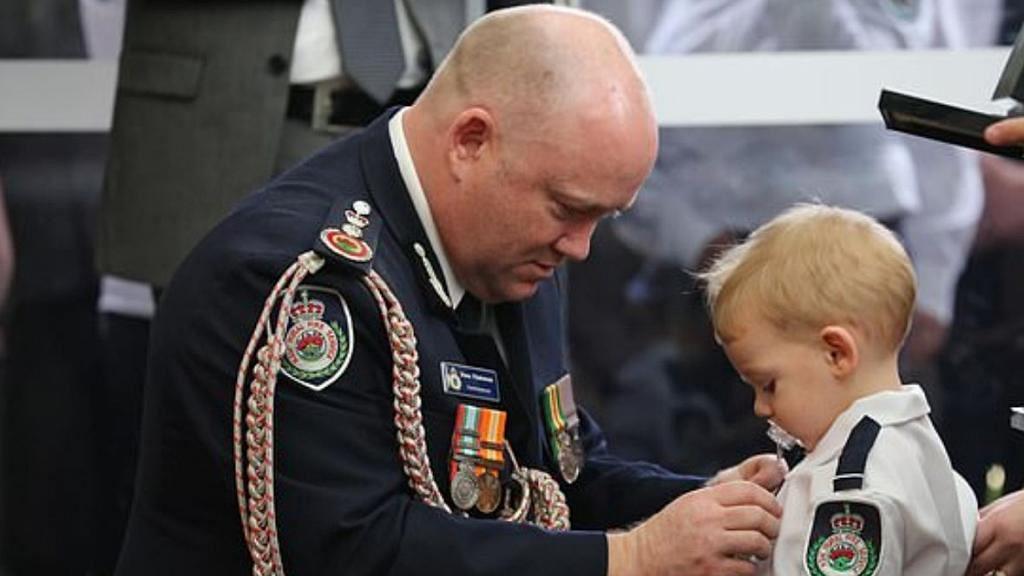 32歲消防員爸爸為救澳洲山火殉職出殯  19個月大兒子咬奶嘴代領英勇勳章