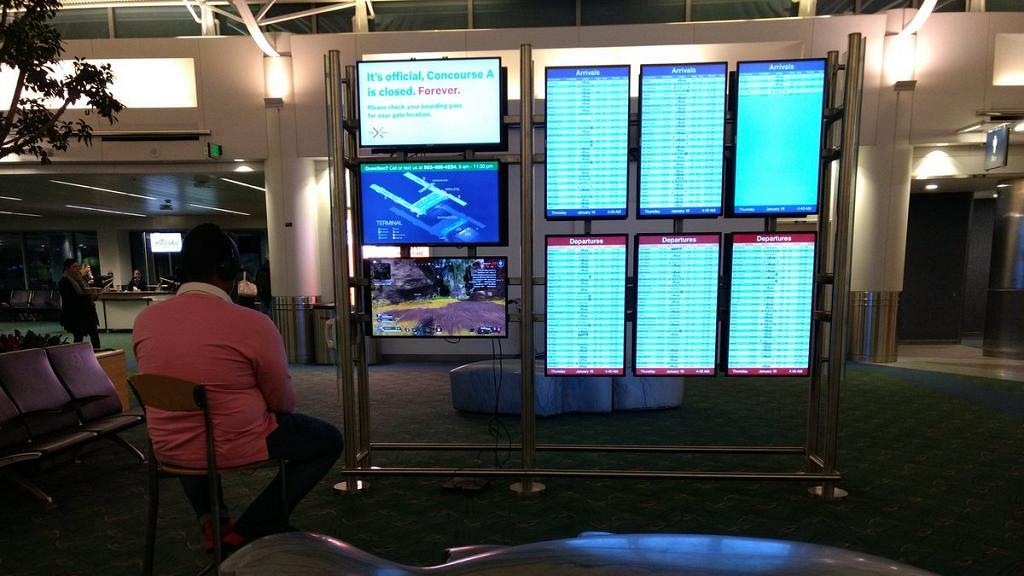 等上機太無聊竟用機場屏幕打PS4 被機場職員制止後機迷:玩埋呢鋪先!