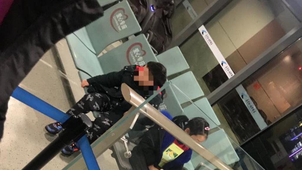 【新冠肺炎】小朋友發燒被拒登機 父母不顧而去自行登機 遺留一對子女在機場