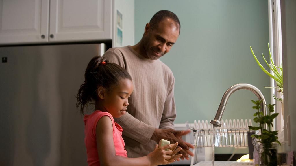 【新冠肺炎】麵包發霉實驗教洗手好重要 冇洗手摸麵包菌量超多!用酒精都唔夠