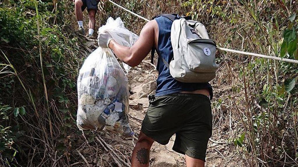 本地企業自發上山執垃圾 沿路撿20多個口罩/水樽/外賣