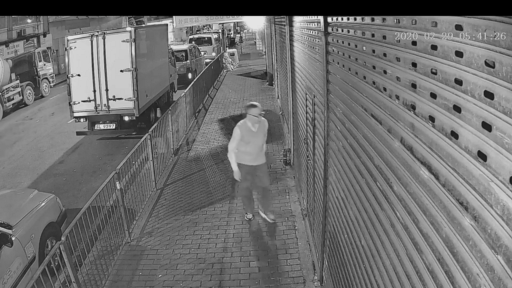 老翁清晨荔枝角行街不戴口罩 到食店閘門前大吐口水 網民轟缺德