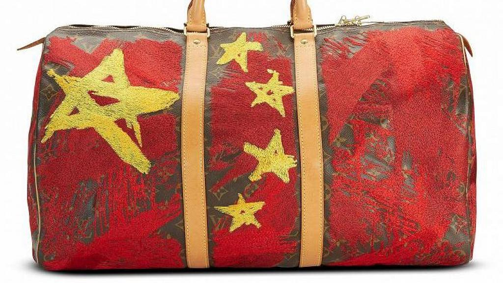 中國五星紅旗設計LV手袋引熱議 袋上繡滿國歌歌詞 索價近9萬