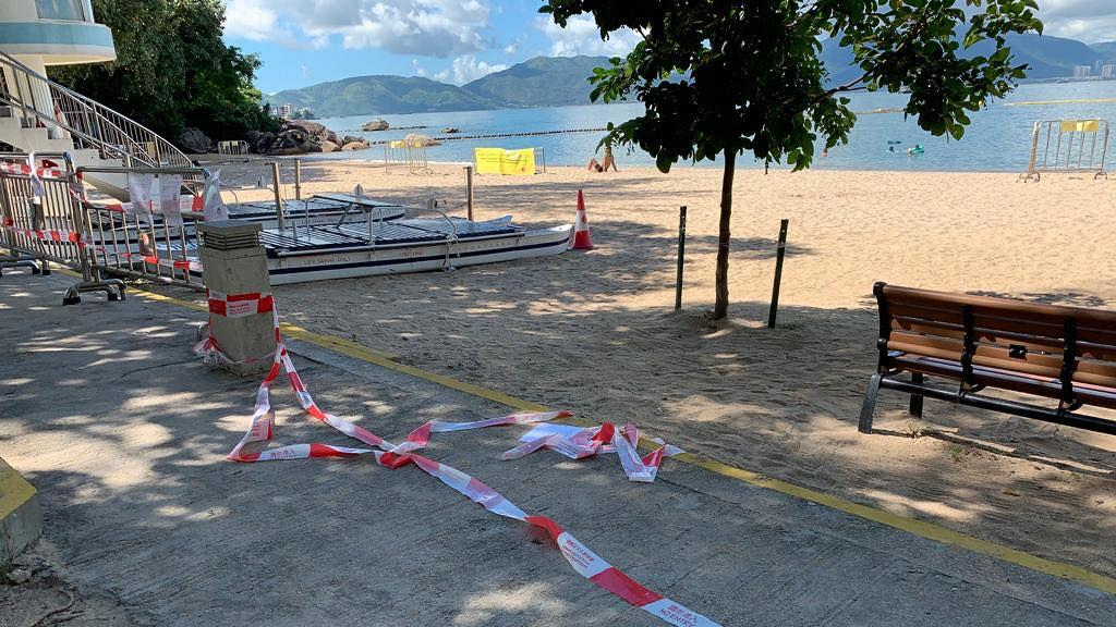 【新冠肺炎】疫情下有泳客破壞圍欄硬闖沙灘 夾硬撬爛鐵網疑為打開水龍頭