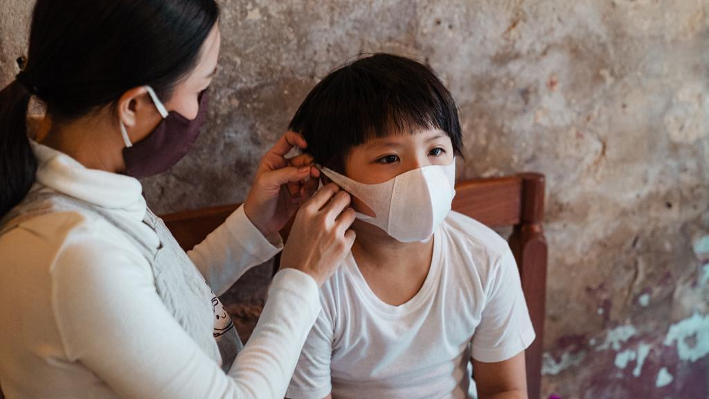 【新冠肺炎】幼童染疫病徵輕微難察覺!研究:5歲以下患者病毒量高成人100倍