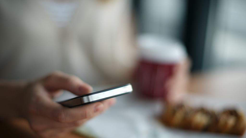 丈夫玩App疑出軌對象是14歲學生妹 港媽感困擾:老公話只係當佢係囡