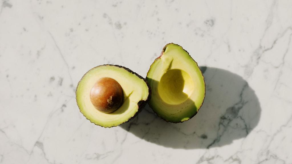 改善皮膚由飲食習慣做起!盤點12種對皮膚好的食物 牛油果/綠茶/蕃茄/朱古力上榜