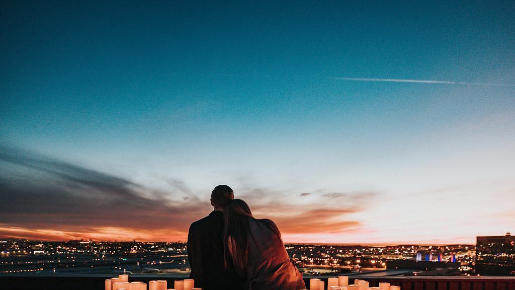 25歲女友與家人行為過分親暱 出街仍與哥哥拖手親吻 男子忍無可忍最後分手