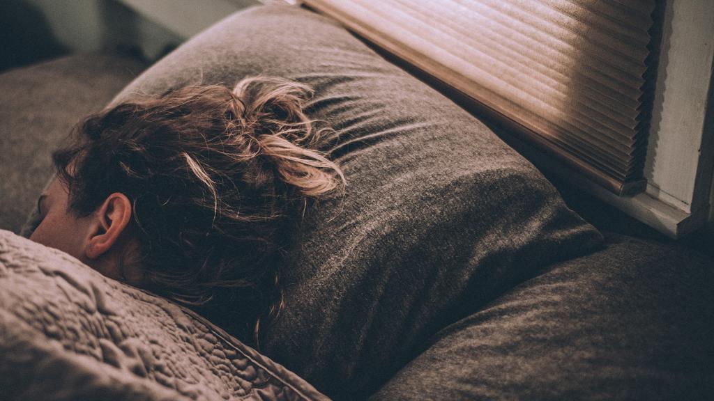 濕頭瞓覺會頭痛?打工仔/長髮人士注意!專家警告頭未乾就瞓會引起7大健康危機!