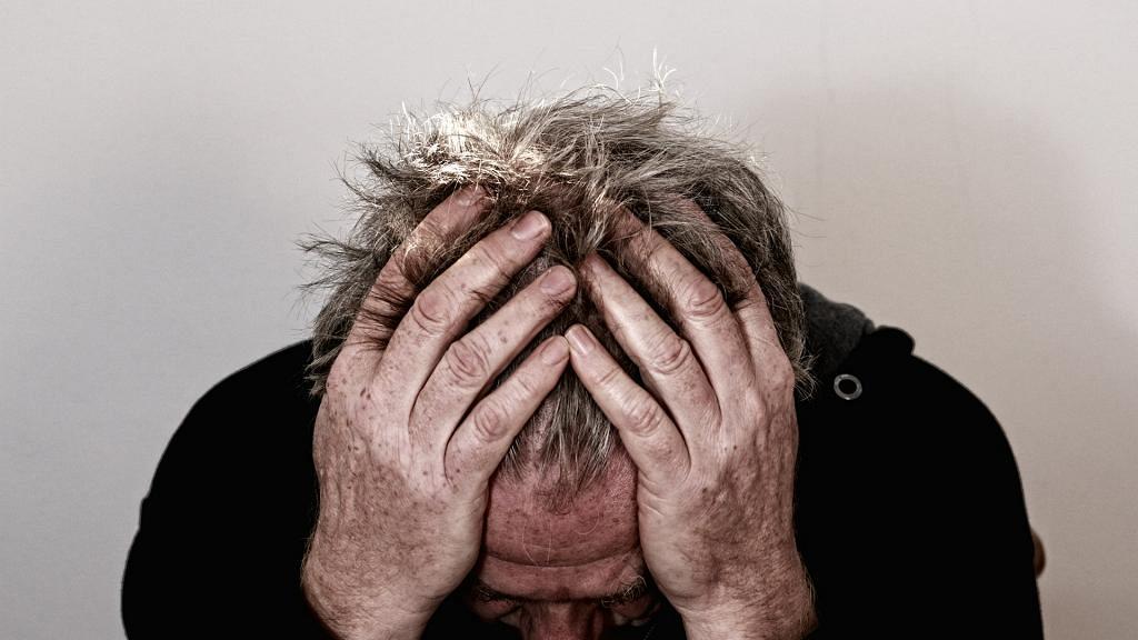 男子頭痛以為小感冒 食止痛藥無效意識混亂跌倒 求醫後發現患有罕見免疫疾病