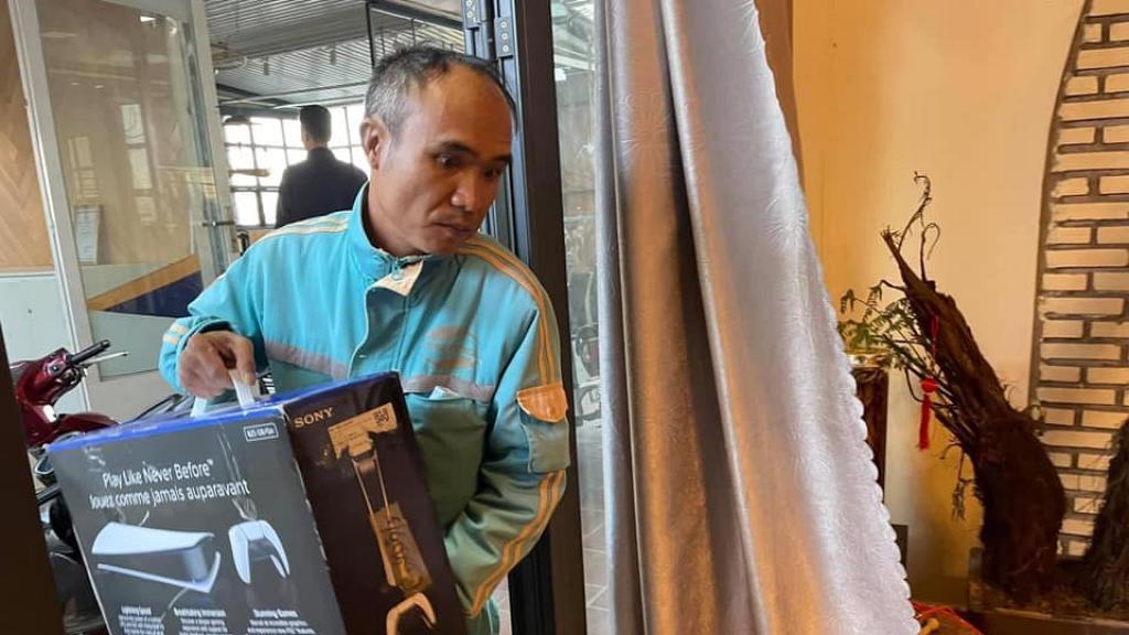 越南機迷為買PS5打機出盡奇招!串通店員呃老婆扮上門裝路由器上網