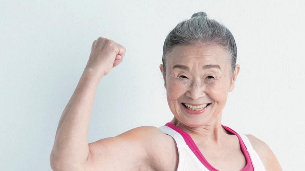 90歲婆婆因老公一句話變健身教練 5年激減33磅身材勁Fit 網上開班教做Gym