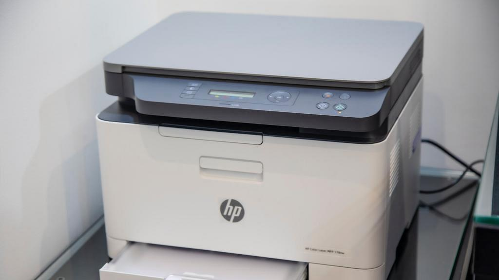 為慳時間用影印機數紙 一口氣列印50張白紙遭解僱 秘書唔認錯:呢個係慳水慳力嘅做法