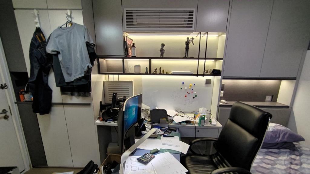 港男獲派單人公屋曬層層疊裝修自覺聰明 雪櫃上面擺洗衣機網民嘲戶主:你係咪有193咁高?