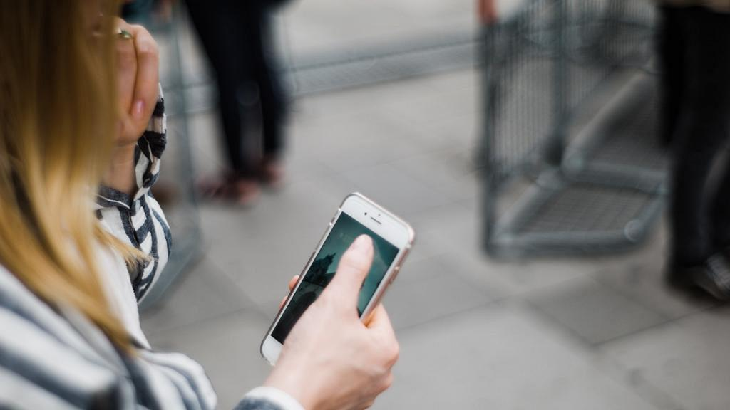 23歲女機不離手日用手機睇片5小時 右手拇指劇痛驚揭患腱鞘炎
