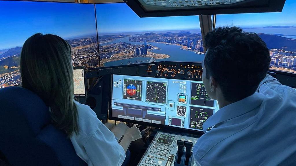 前機師麥大力首度為簡淑兒慶祝生日 重操故業教揸模擬飛機冧女友有一手